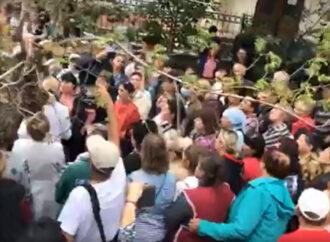 У Білгород-Дністровському люди мітингували під райлікарнею (відео)