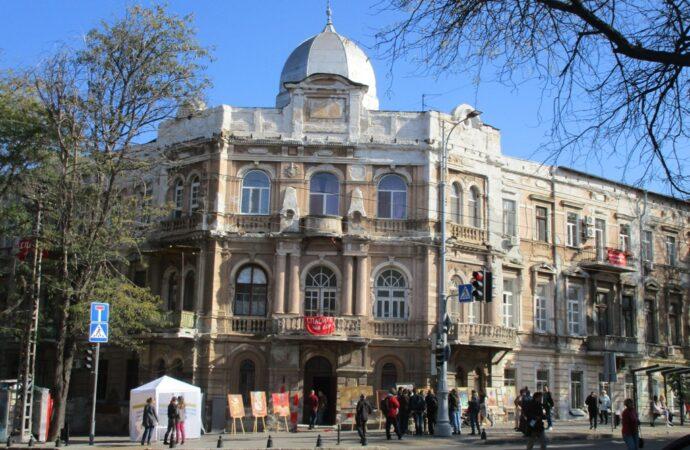 В Одессе спасали памятник архитектуры с помощью духов дома (фото)