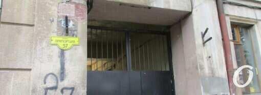 Три одесских дома на Приморской: быть ли стройке рядом с аварийными флигелями? (фото)