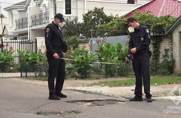 В Одессе полицейские исследуют ямы на дорогах