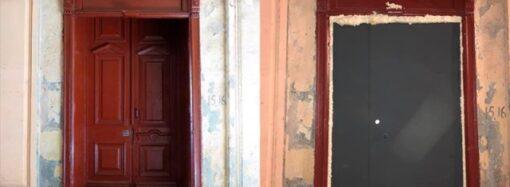 Одесские коммунальщики сменили исторические двери на Пастера на «консервную банку» – фотофакт