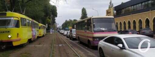Одесские водители массово игнорируют правила парковки на Фонтане (фото)