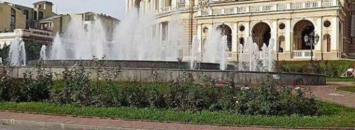 Неугомонные: в Одессе снова сломали фонтан у Оперного театра (фото)