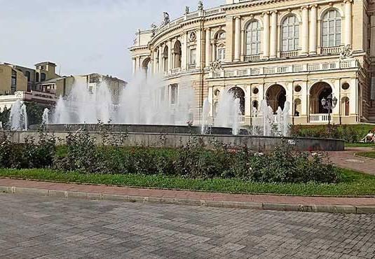 В Одессе починили испорченный вандалами фонтан на Театральной площади