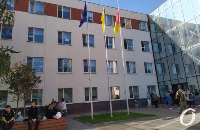 «Трэш» возле «новой мэрии» в Одессе: члены участковых комиссий вторые сутки сдают протоколы (фото)