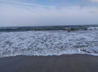 Отважная одесситка нырнула в ледяное море, несмотря на снегопад (видео)
