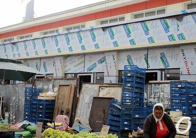Новшества на одесском «Привозе»: новые контейнеры и закрытый боковой вход (фото)