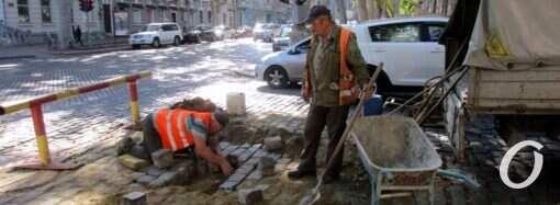 Коммунальщики ликвидируют «замаскированный» веткой провал в центре Одессы (фото)
