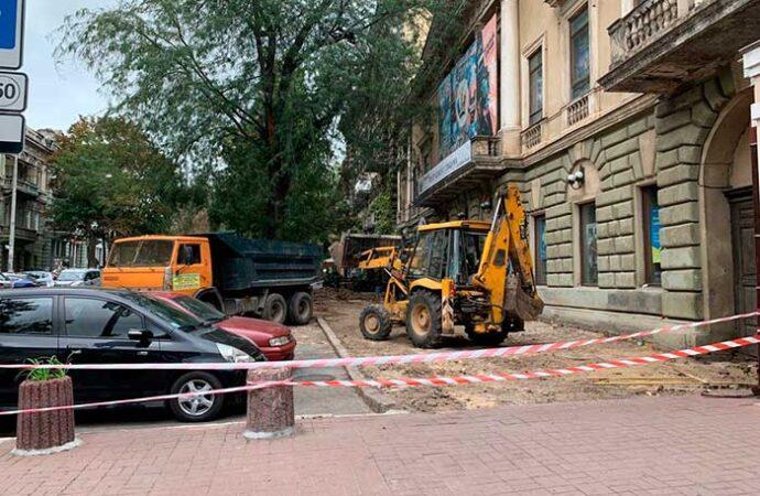 Возле Одесского ТЮЗа ремонтируют тротуар (фото)