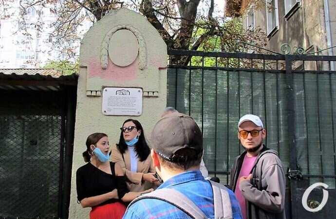 «С Черноморской улицы открывалось море»: в Одессе открыли еще один литературный знак (фото)