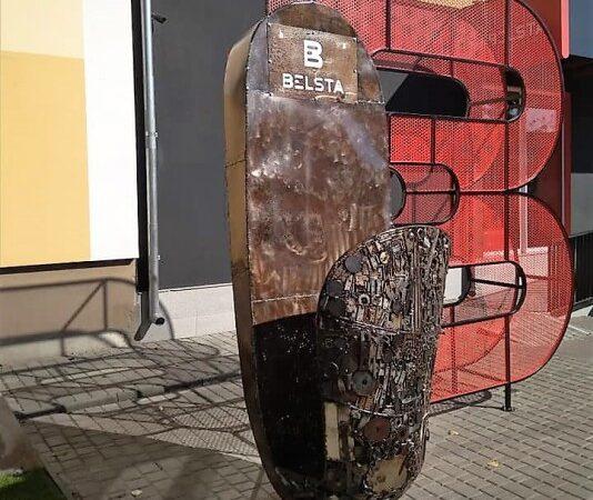 Залезаем в тапок и фотографируемся: одесский скульптор создал забавный мега-арт-объект (фото)