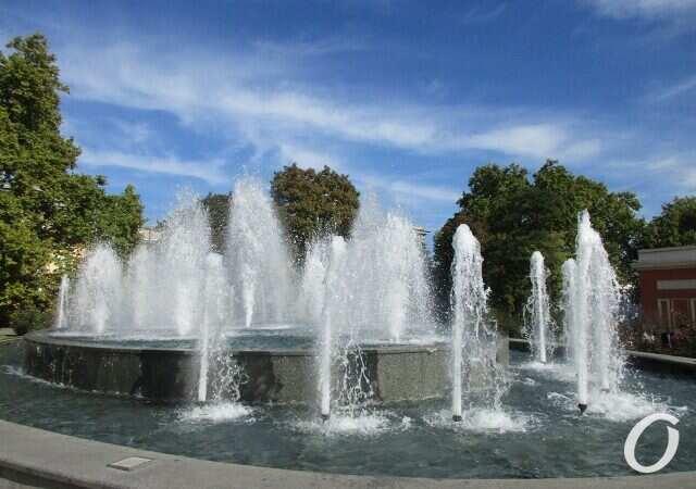 Не уймутся: вандалы снова поломали фонтан на Театральной площади в Одессе