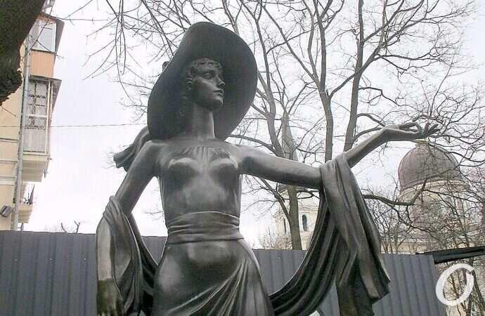 Одесские вандалы «потрудились» у памятника Вере Холодной (фото)