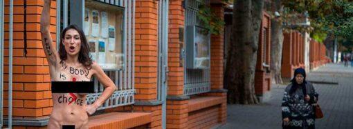 В Одессе перед польским посольством стояла голая девушка – что случилось? (фото)