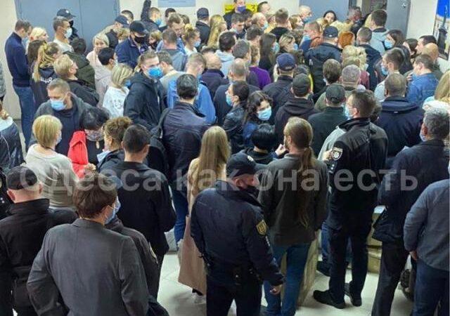 Одесский теризбирком тянет с подсчетом голосов – у «новой мэрии» очереди и «трэш» (видео) (фото) (обновлено)