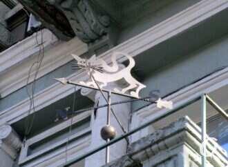 На одесском балконе проживает кот-флюгер (фото)