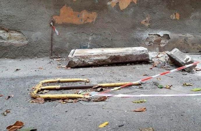В Одессе рухнул кусок балкона на Базарной (фото)