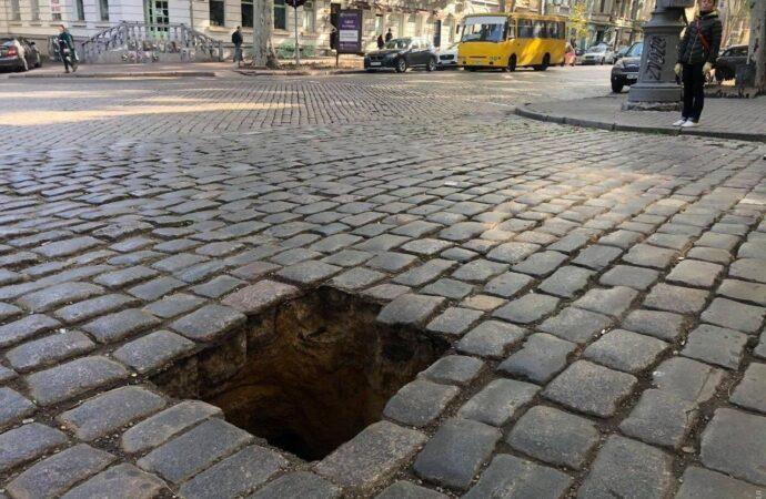 В центре Одессы замаскировали зеленью провал в асфальте (фото)