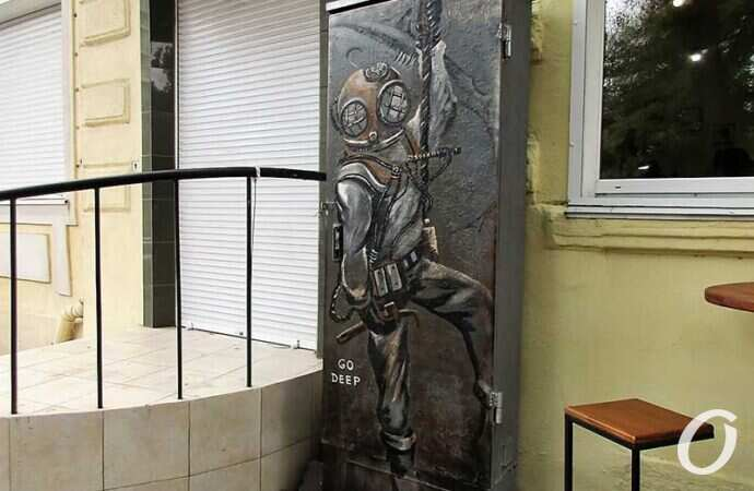 Приятная традиция в Одессе: в переулке Маяковского поселился водолаз (фото)