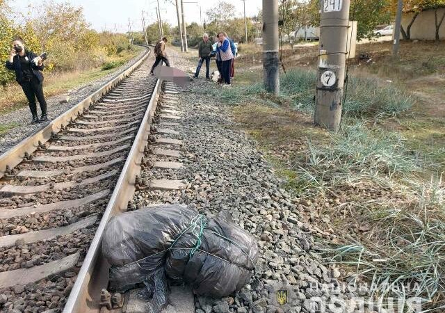 Трагедия на железной дороге: в Одесской области тепловоз наехал на чету пенсионеров