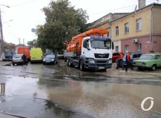 Одесский гейзер: около Привоза из-под асфальта внезапно забил фонтан (видео) (фото)