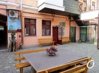 Преображенный одесский двор: памятники, таблички и будка с поющим телефоном (фото)