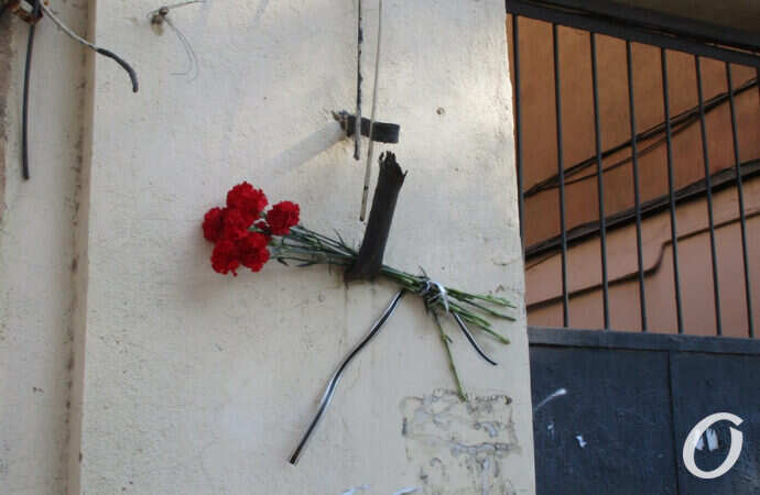 Одесситы несут цветы к дому детства Михаила Жванецкого (фото)
