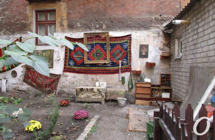 Одесситы создали в своем дворе уютную квартиру под открытым небом (фото)