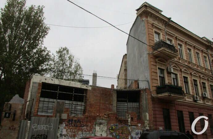 А недострой остался: как сегодня выглядит самый известный одесский дом-стена? (фото)