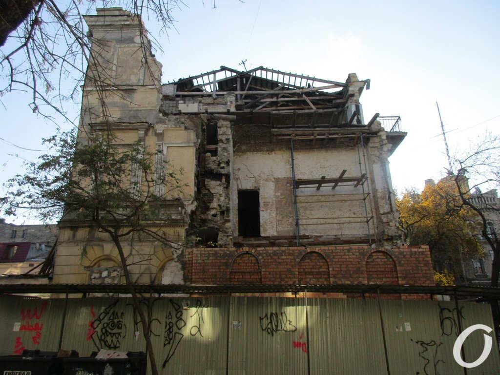 восстанавливают обрушенный дом