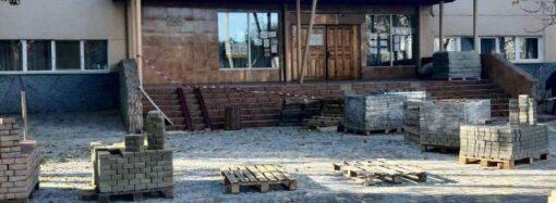 На поселке Котовского в Одессе ремонтируют школу-лицей