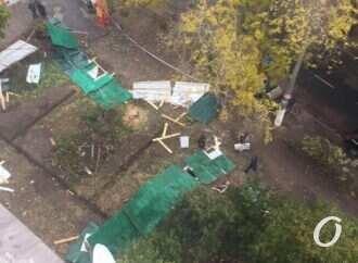 Скандал на Академической в Одессе: местные жители зарывают оставленные захватчиками траншеи (видео)