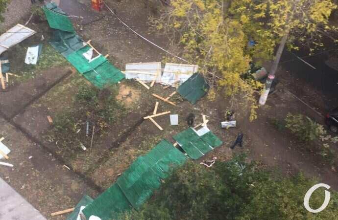 Жильцы одесской улицы Академической не исключают, что на месте снесенного забора возведут новый (фото)