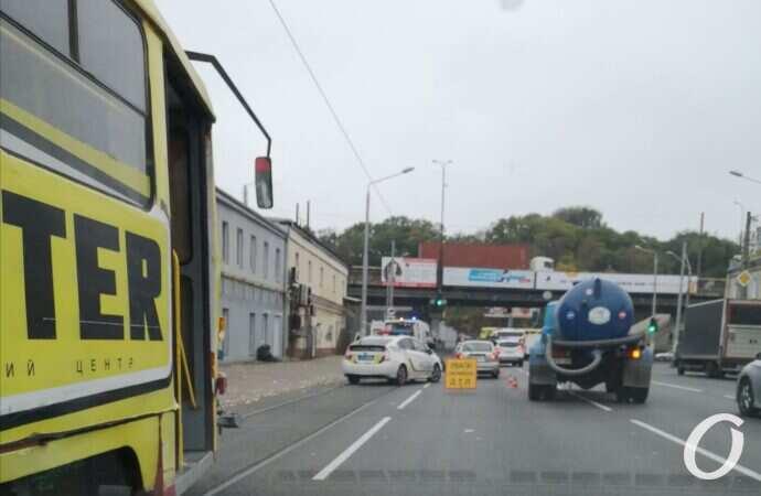 В Одессе произошло ДТП в районе Пересыпского моста, движение затруднено