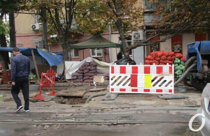 Потоп у одесского Привоза: ремонт продолжается, жители окрестных улиц остались без воды (фото)