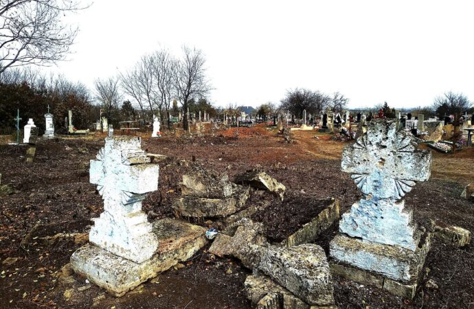 На сельском кладбище в Одесской области медленно уничтожают старинные кресты – краеведы обеспокоены (фото)