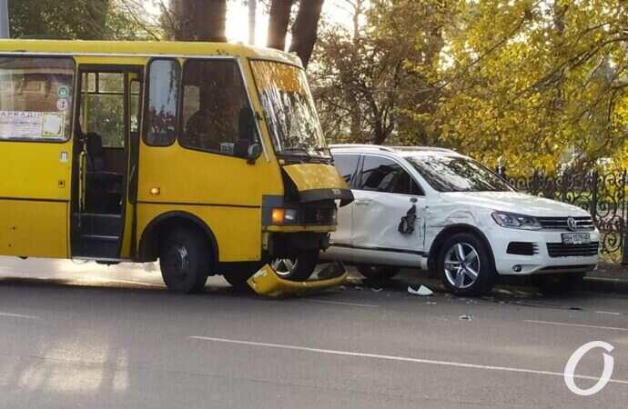 В Одессе не поделили дорогу маршрутка и Volkswagen – у ж/д вокзала огромная пробка (фото)