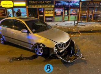 Жуткая авария в Одессе: возле «Сити-центра» на Таирова авто влетело в остановку – есть пострадавшие