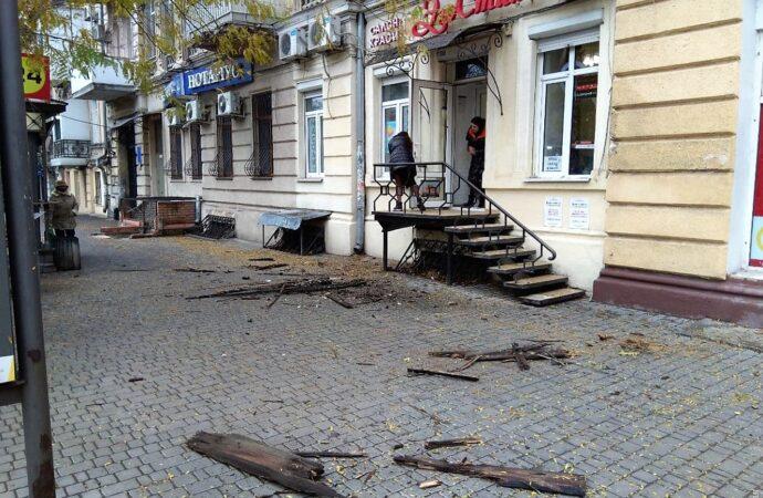 Одесский «грох»: с дома-памятника архитектуры полетела лепка и часть карниза (видео)