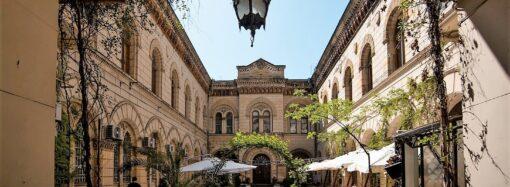 В итальянском дворике одесской Филармонии появилась «красота — страшная сила» (фото)