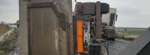 Под Одессой чудом не рухнула с моста фура с гравием (фото)