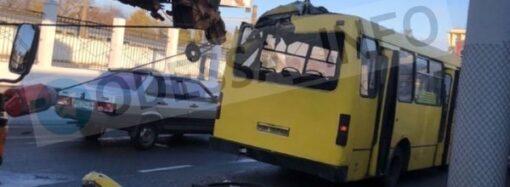 В Одессе автокран раскроил маршрутку, есть пострадавшие (видео)