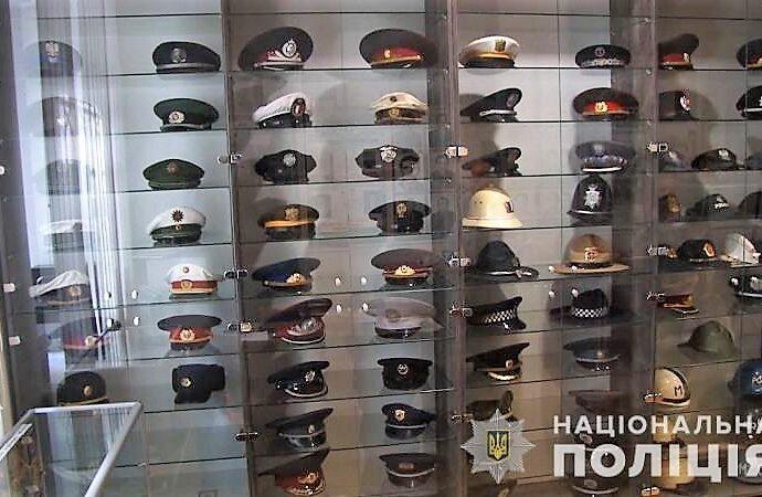 Одесский музей пополнился полусотней полицейских фуражек разных стран и эпох (видео, фото)