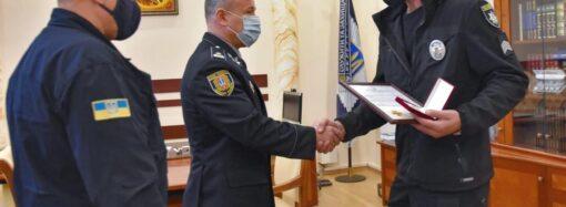 Спас тонущих подростков под Одессой: спасатели вручили медаль полицейскому из Черноморска