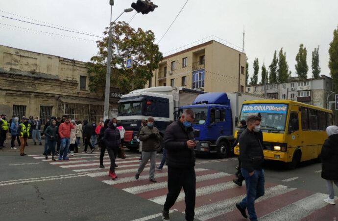 Протестующие перекрыли дорогу на Среднефонтанской в Одессе: образовалась пробка