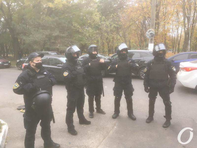 полицейские оцепили улицу