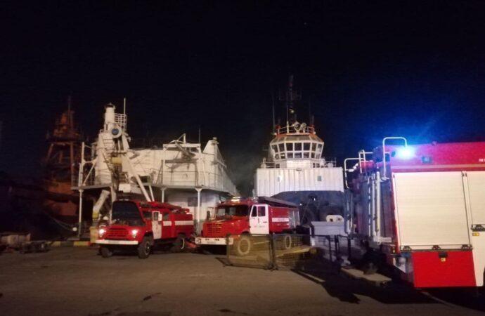 В Одесском порту горела плавучая мастерская (фото)