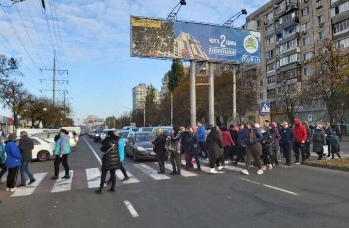 В Одессе на Таирова торговцы перекрыли дорогу – требуют отменить «выходной» карантин (фото)