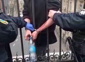 Приковали наручниками к мосту: в Одессе спасли потенциального самоубийцу (видео)