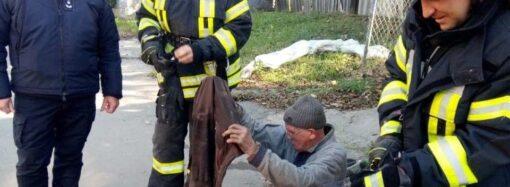 В Одессе 5 спасателей вытаскивали мужчину из канализации